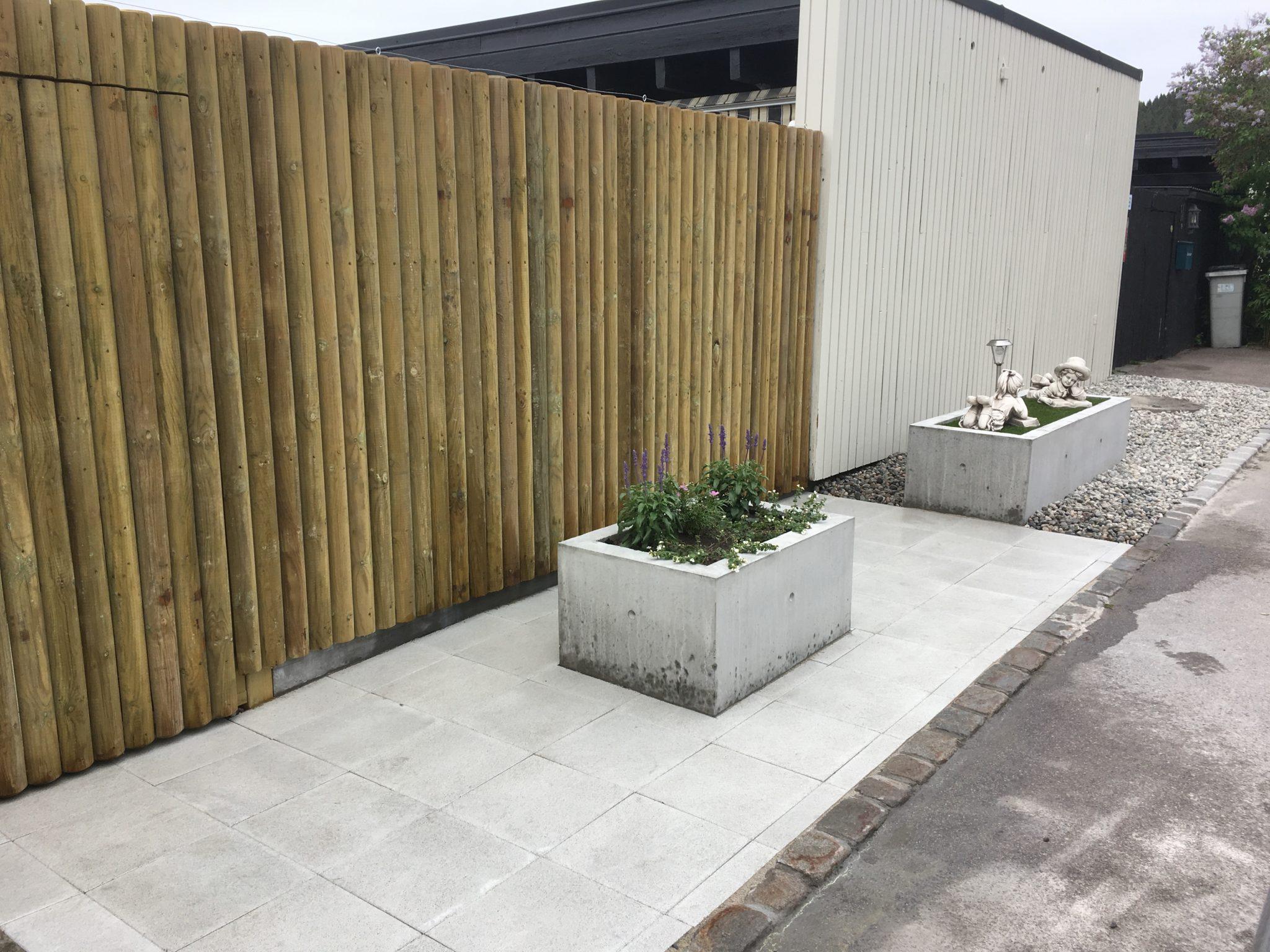 10.Bilde viser porten og betongbokser fra veien