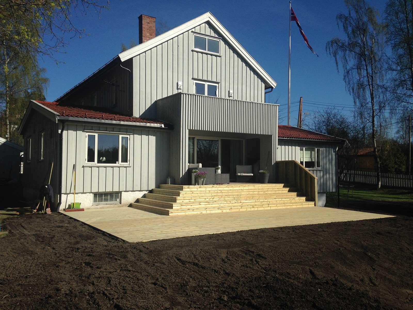 ferdig-bygget-terrasse-og-vegg